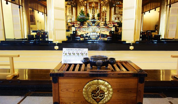 praying at tsukiji temple tokyo